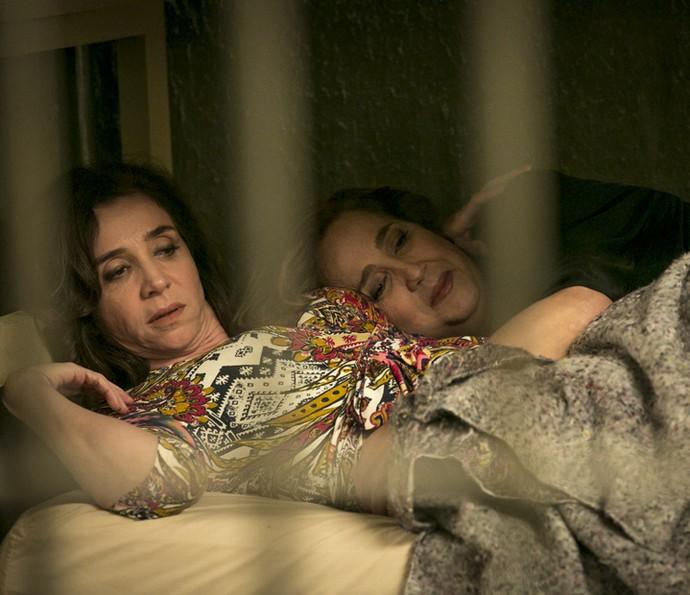 Francesca e Lucrécia tentam enganar as detentas com quem dividem cela (Foto: Isabella Pinheiro/Gshow)