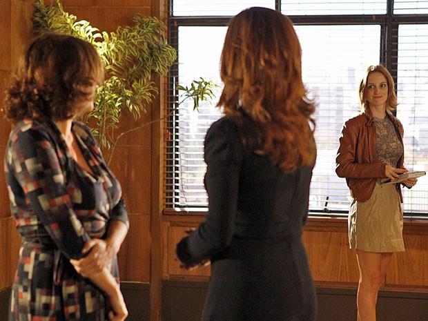 Priscila chega bem no meio da discussão de Solange e Amparo (Foto: Amor Eterno Amor/TV Globo)