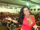 Solange Gomes capricha no decote e exibe fartura em noite de samba
