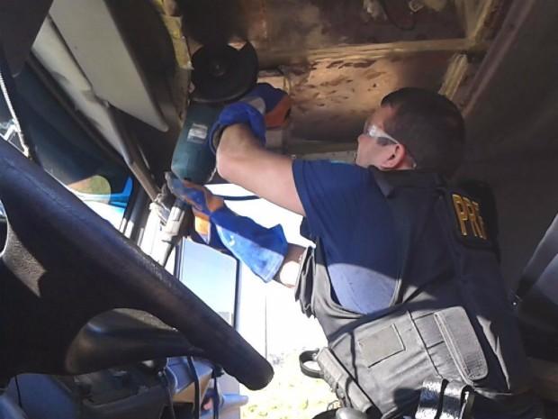 Tabletes das drogas estavam escondidos em vários compartimentos das carretas (Foto: Divulgação/PRF)