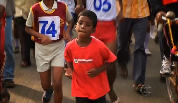 Budhia Singh, com cinco anos, correndo nas ruas nos desafios que seu técnico concebia (Foto: Reprodução TV Globo)
