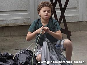 Pedro fica impressionado com a coincidência (Foto: Malhação / TV Globo)