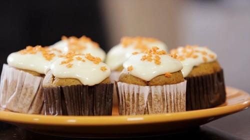 Cupcake de abóbora com cobertura de cream cheese confetes