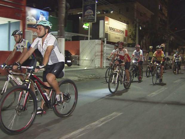 Ciclistas pedalaram das Praça das Bandeiras até o velório de Cláudio Clarindo (Foto: Reprodução/TV Tribuna)