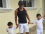 Zezé Di Camargo busca netos na escola e posta foto: 'Fico todo bobo!'