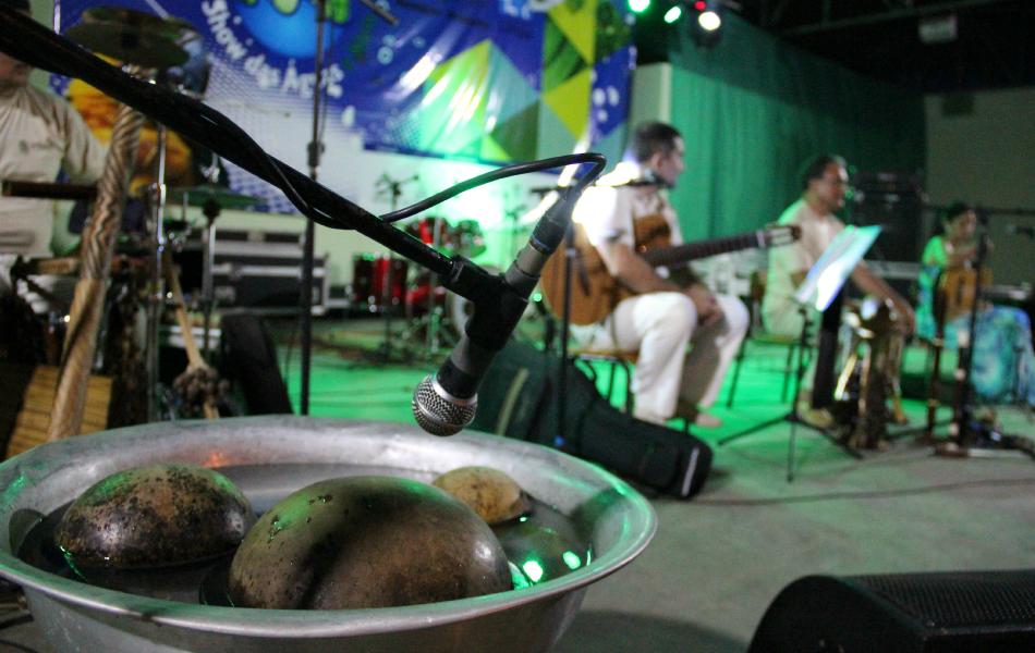 Cuias se transformam em instrumentos musicais (Foto: Katiúscia Monteiro/ Rede Amazônica)