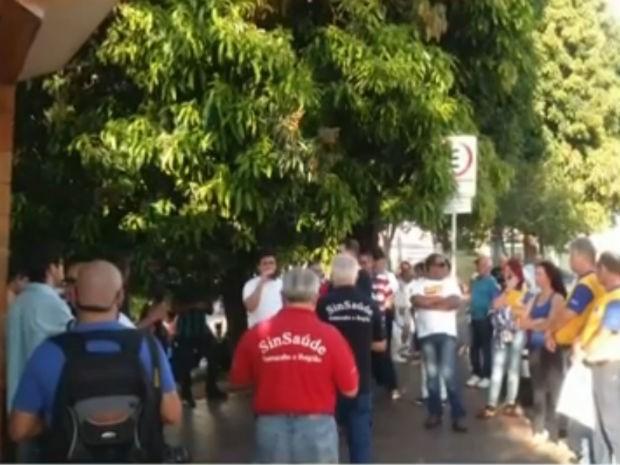 Grupo fez manifestações em frente a Santa Casa de Misericórdia de Sorocaba (SP) (Foto: Reprodução/TV TEM)