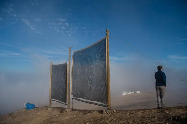 Pesquisa obtém água com 'coletor de névoa' no deserto mais árido do mundo (Foto: Martin Bernetti/AFP)