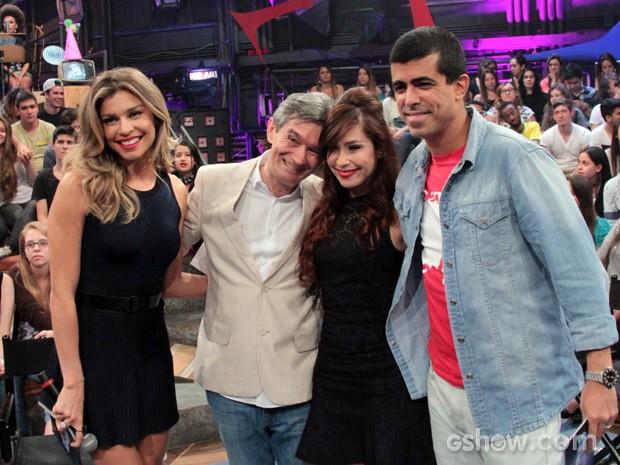 Grazi Massafera, Pitty e Marcius Melhem posam com o aniversariante  (Foto: TV Globo/Altas Horas)