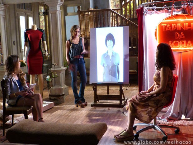 Sofia e Flaviana dão dicas de estilo para a primeira vítima do Tapinha da Sofia (Foto: Malhação/TV Globo)