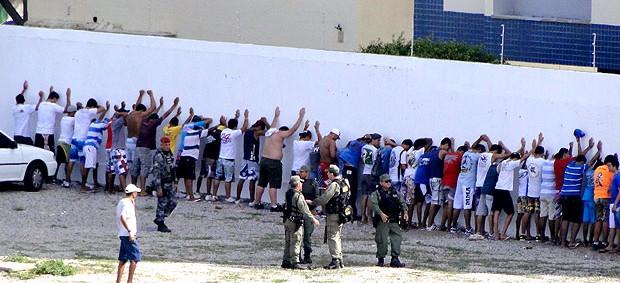 torcida do Fortaleza é detida pela polícia no PV (Foto: Fernando Martins / Globoesporte.com)