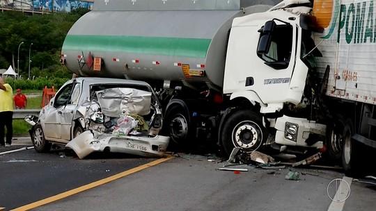 BR-101 é liberada 7 h após acidente com três caminhões; homem morreu