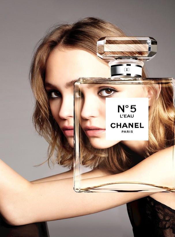 Lily Rose-Depp em campanha do Chanel N. 5 L'Eau (Foto: Divulgação)