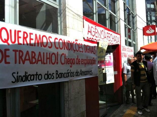 Agência do banco Santander foi fechado pelo Sindicato dos Bancários em Manaus (Foto: Girlene Medeiros /G1 AM)