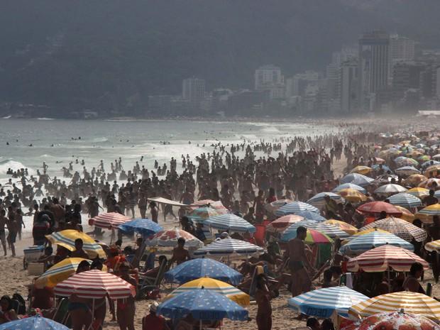 Banhistas lotaram a Praia de Ipanema, na Zona Sul do Rio, para curtir o último dia do feriado prolongado (Foto: José Lucena / Futura Press / Estadão)