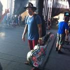 Donavon carrega violão e ajuda no palco (Tanise Scherer/G1)
