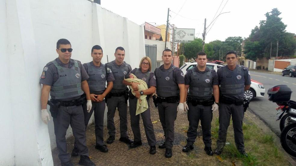 Soldado Fuda (segundo da esquerda para a direita) e sargento Mara integraram equipe que ajudou no parto em frente à corporação, em Campinas (Foto: Polícia Militar)