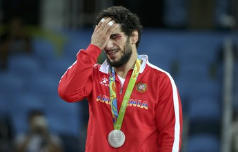 Revoltado com derrota polêmica na final, lutador armênio cospe no tapete