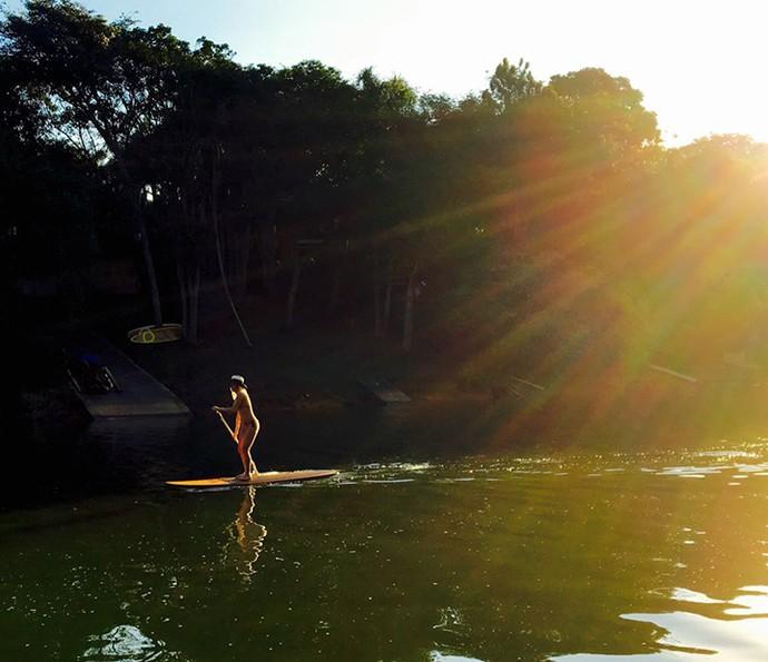 Luiza Possi pratica stand up paddle em qualquer lugar que vá (Foto: Arquivo Pessoal)