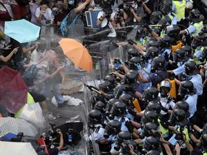 Manifestantes e polícia se confrontam neste domingo (28), em Hong Kong (Foto: AP Photo/Vincent Yu)