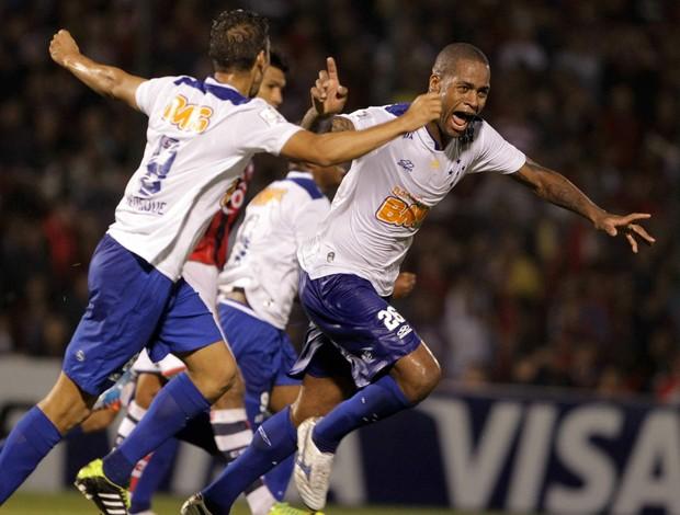 Dedé comemora gol contra o Cerro (Foto: EFE)
