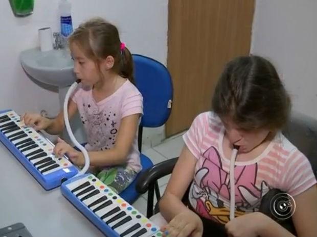 Instituição usa games para recuperar movimentos de pacientes  (Foto: Reprodução/ TV TEM)