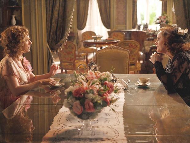 Carlota se delicia ao contar a fofoca para Constância (Foto: Lado a Lado/TV Globo)