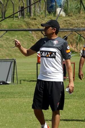 Técnico Claudinei Oliveira orienta jogadores durante treino na Toca (Foto: Divulgação/E.C. Vitória)