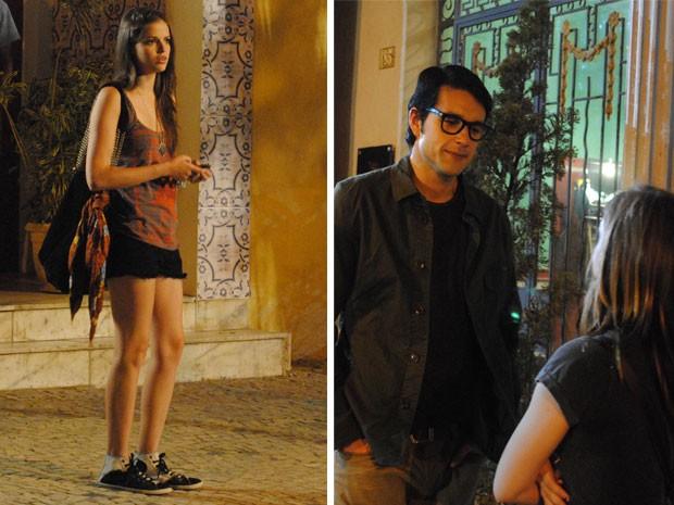 Ju vê Lia e Lobo conversando e reconhece o falso fotógrafo (Foto: Malhação / Tv Globo)