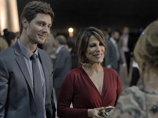 Beatriz aparece com Pedro e causa climão com família de Aderbal (Foto: TV Globo)