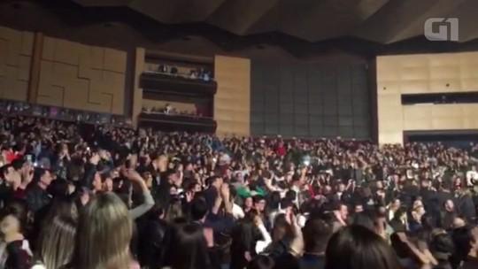 Sérgio Moro é ovacionado por plateia durante show da banda Capital Inicial