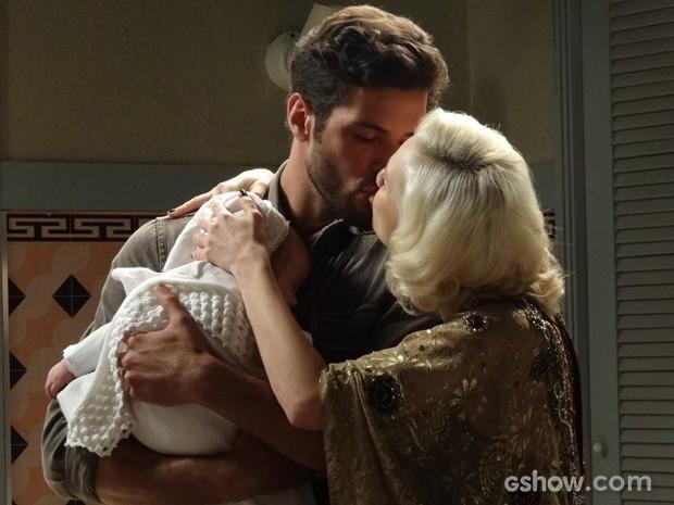 Davi descobre que é o pai do filho de Aurora e os dois reatam (Foto: Joia Rara/TV Globo)
