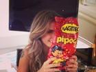 Carol Magalhães foge da dieta e come pipoca doce: 'Amo!'