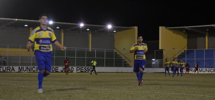 Jogadores do Lucena comemoram gol que devolveu a liderança ao time (Foto: Hévilla Wanderley / GloboEsporte.com/pb)