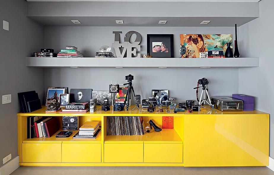 Exponha suas coleções como obras de arte. As máquinas fotográficas da moradora ficam no móvel de laca, desenhado pelo arquiteto Mauricio Arruda e feito pela Marcenaria Drumello