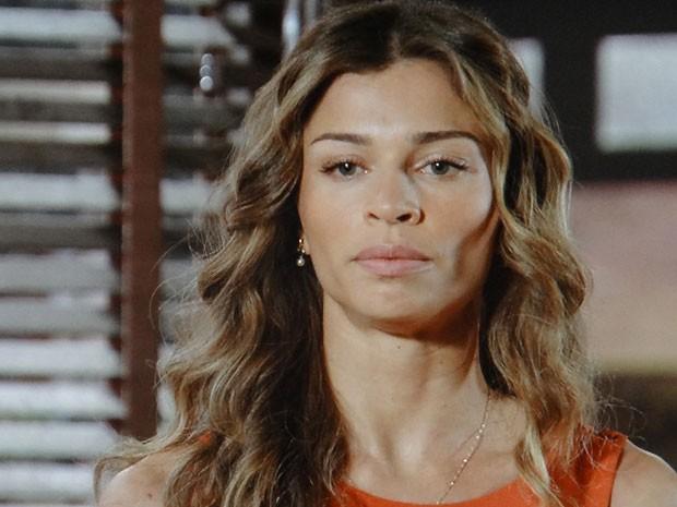 Ester coloca Alberto contra a parede (Foto: Flor do Caribe / TV Globo)