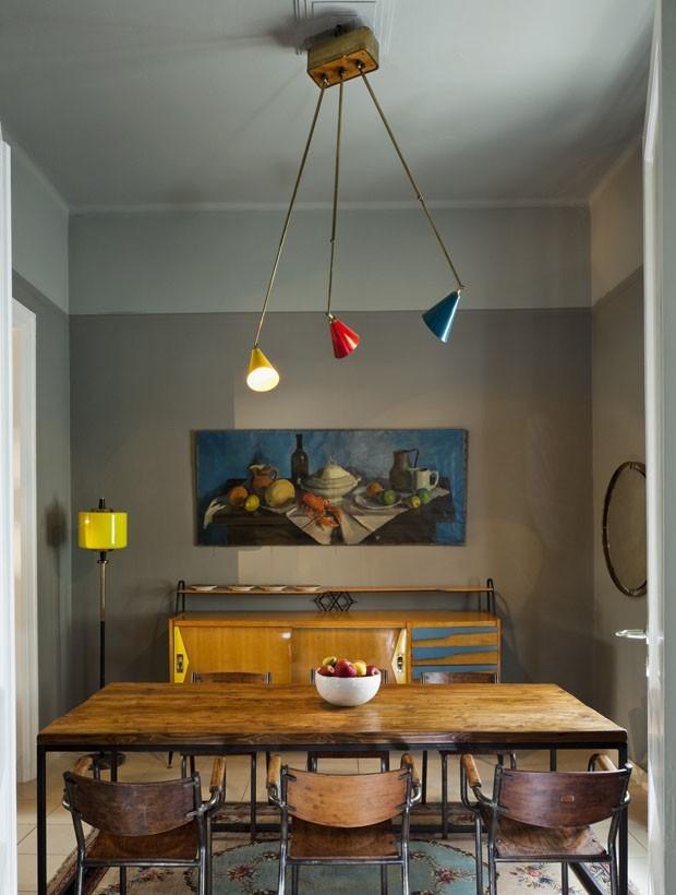 Décor do dia: sala de jantar vintage, cinza e com detalhes coloridos (Foto: divulgação)