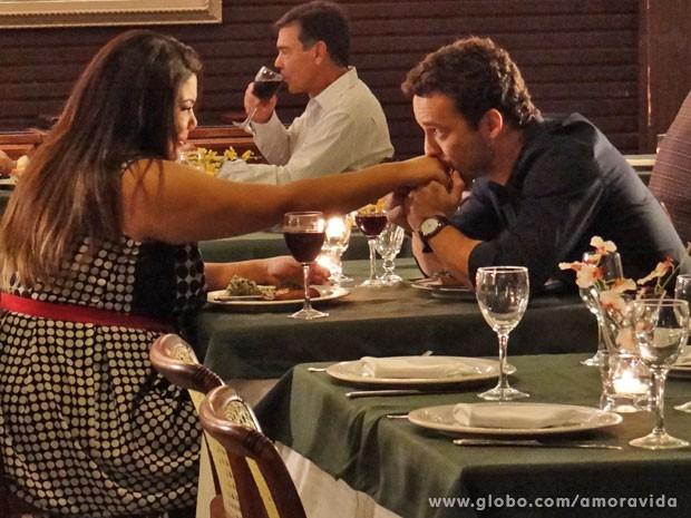 Daniel é todo cavalheiro com a nova namorada (Foto: Amor à Vida/TV Globo)