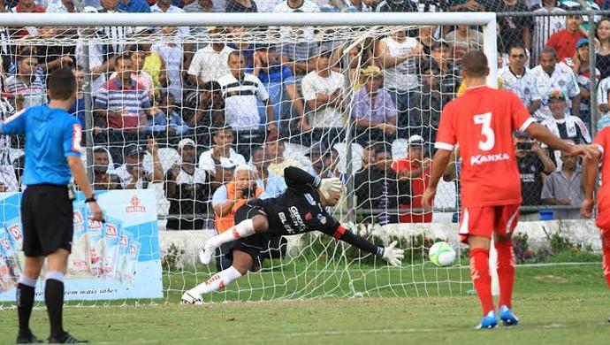 Julio Cesar voa para pegar o pênalti batido por Didira (Foto: Ailton Cruz/ Gazeta de Alagoas)