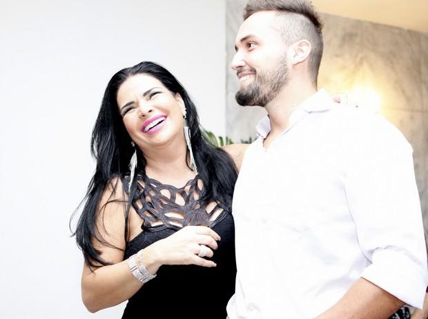 Solange Gomes com novo namorado, Sandro Labre (Foto: Anderson Barros / EGO)