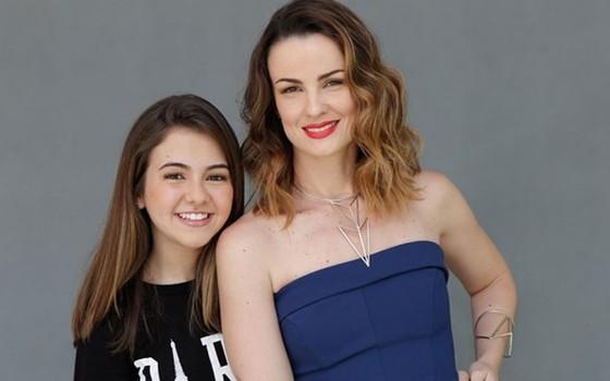 Klara posa com a atriz Carolina Kasting nos bastidores de sua última novela, Além do tempo, em 2015  (Foto: TV Globo)