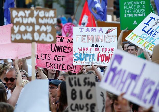 """""""Eu sou uma feminista, qual é o seu super poder?"""", diz o cartaz de uma manifestante na passeata que acontece hoje em Melbourne, na Austrália (Foto: Getty Images)"""