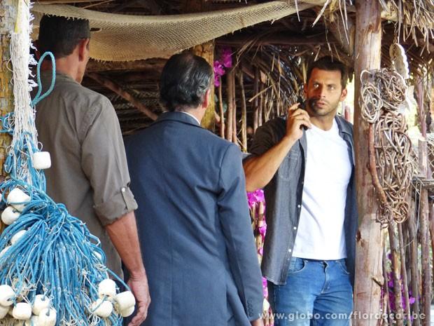 Cassiano cai em emboscada de Alberto (Foto: Flor do Caribe / TV Globo)