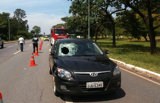 Carro que atropelou idoso em via de Brasília (Foto: Isabella Formiga / G1)