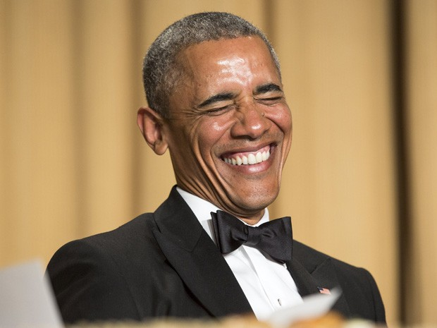 O presidente dos Estados Unidos Barack Obama reage ao monólogo da humorista do Saturday Night Live, Cecily Strong, no jantar da Associação de Correspondentes da Casa Branca, no sábado (25) (Foto: Joshua Roberts/Reuters)