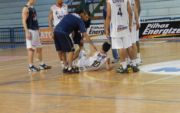 Helinho fratura crânio e sai carregado pelos amigos do ginásio do UTC (Foto: Caroline Aleixo/GLOBOESPORTE.COM)