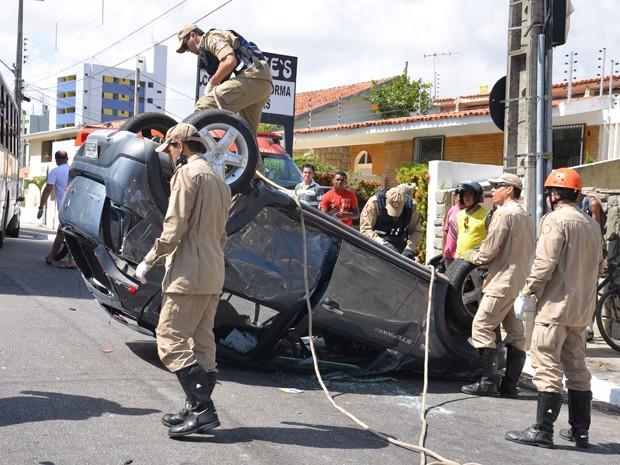Acidente foi na manhã deste sábado (2) no bairro do Miramar, próximo à avenida Epitácio Pessoa, na capital. Segundo informações do sargento Edmilson, da polícia militar, casal seguia em alta velocidade no carro, que capotou depois de bater em outro veículo. (Foto: Walter Paparazzo/G1)