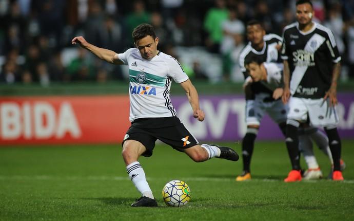Juan pênalti Coritiba (Foto: Giuliano Gomes/Agência PR Press)