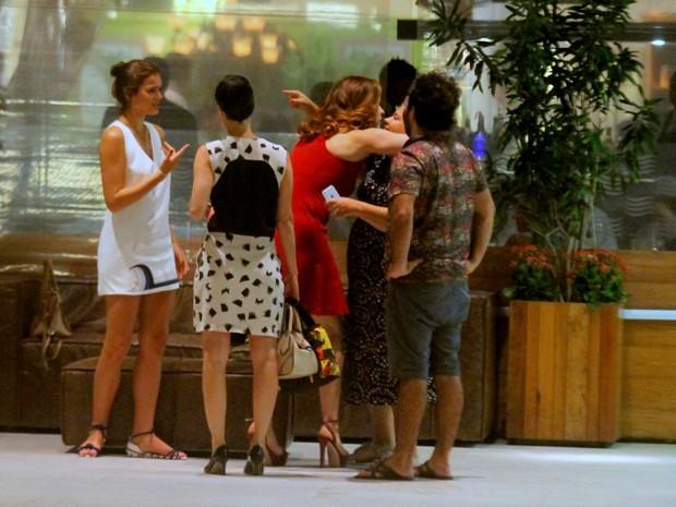 Bruna Marquezine com Claudia Raia e amigos em shopping na Zona Sul do Rio (Foto: Ag. News)