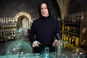 Alan Rickman com o professor Snape no filme Harry Potter (Foto: Divulgação)